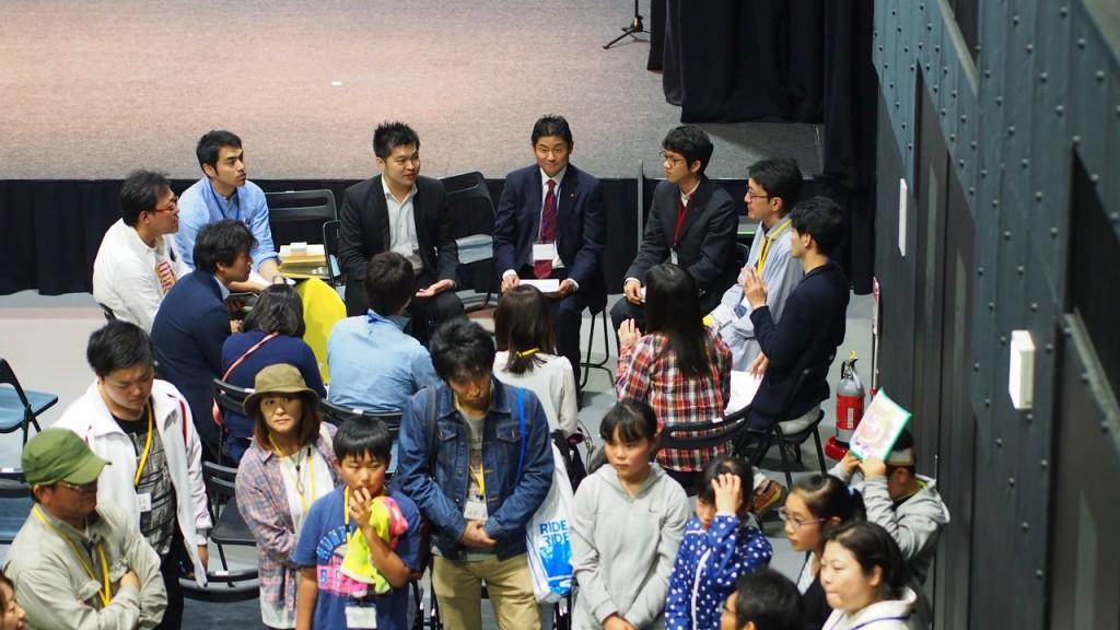 大人たちが若者の意見を膨らませる、活気のあるブレストになった。