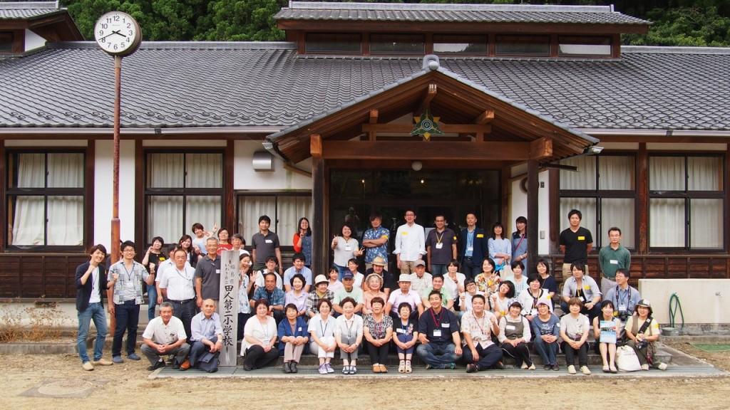 旧田人第二小学校前で記念撮影!